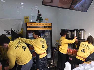 茶桔便员工忙碌的制作奶茶
