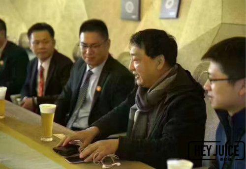博多俞董为缅甸浙商代表热烈的交谈