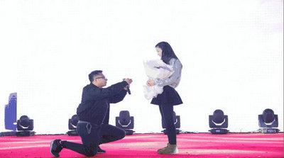 博多年会现场求婚
